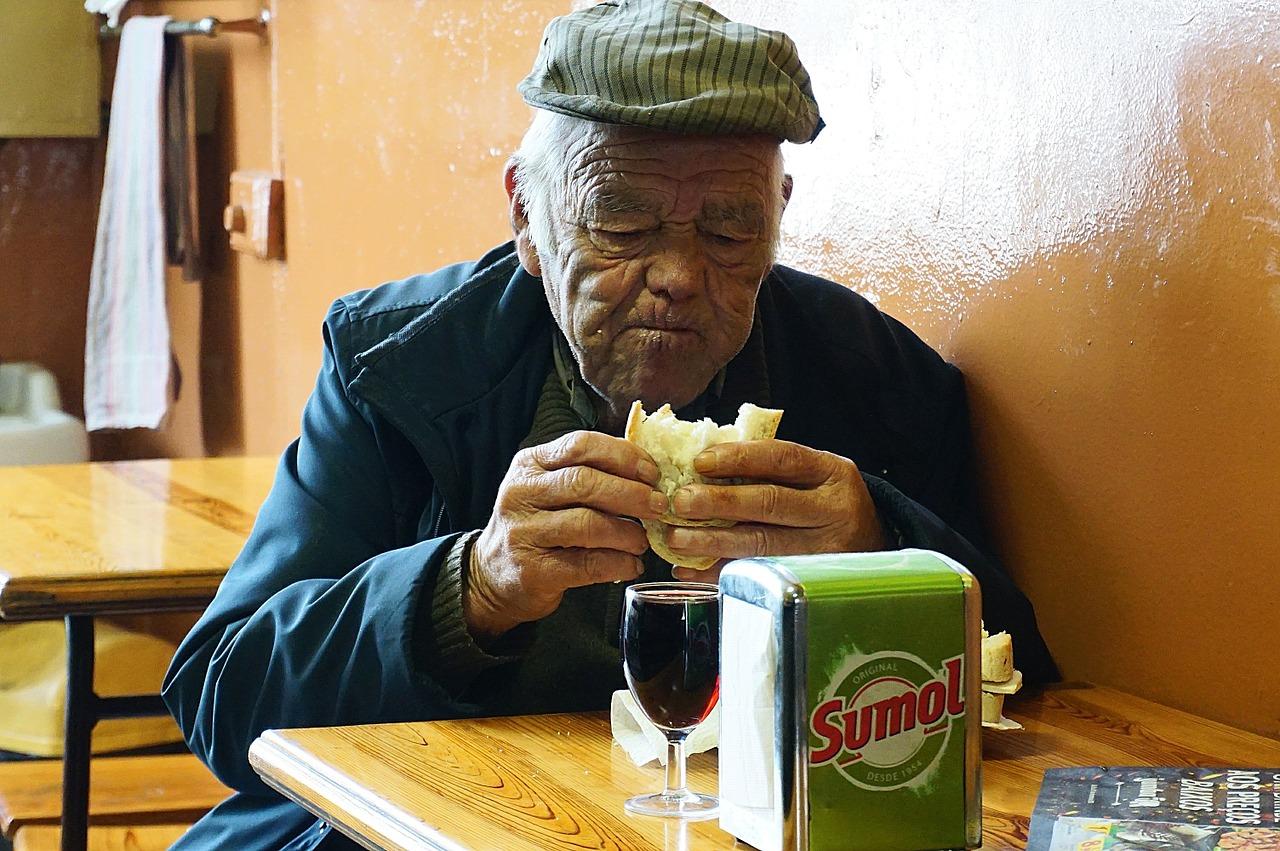 Saiba os cuidados necessários com a alimentação de idosos