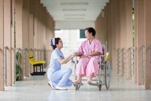 Diferenças entre contratar uma Enfermeira Particular e optar por uma casa de repouso?