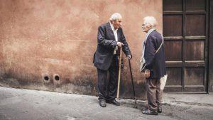 Casal de idosos lidando com os primeiros sintomas do Mal de Parkinson