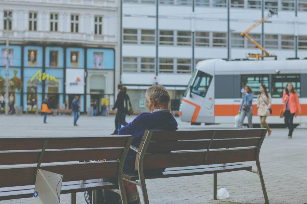 Idosos com risco de AVC sentado em um banco na rua esperando o trem - casa de repouso em São Paulo