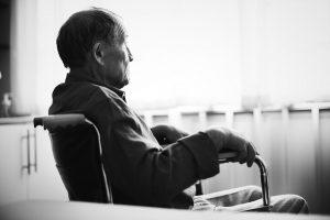 Senhor com a diabetes controlada recebendo tratamento em uma casa de repouso em São Paulo