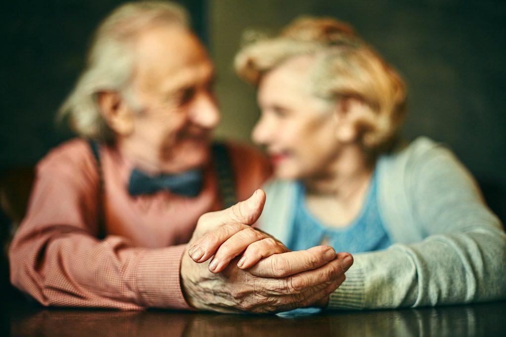 Casal de Idade de mãos dadas que conhece o estatuto do idoso