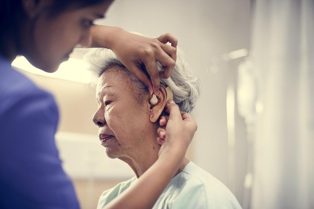 Como lidar com um idoso que está sofrendo com a perda de audição?