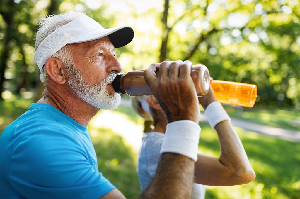 Hidratação no verão: qual a importância do idoso se manter hidratado
