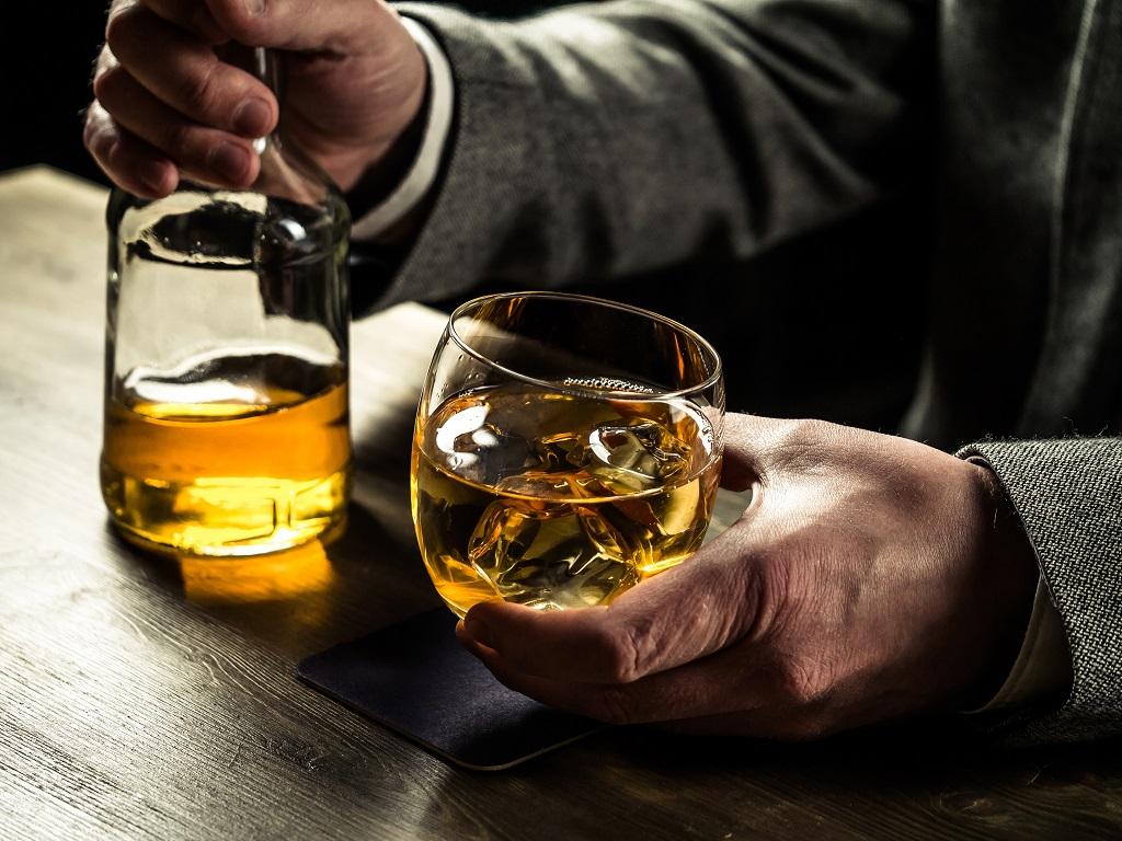 homem idoso segurando copo de bebida alcoolica | Morada Primavera
