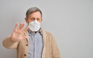 Homem idoso usando máscara de proteção ao Coronavírus