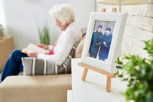idosa solitária sem a família e amigos na quarentena cuidando de sua saúde mental