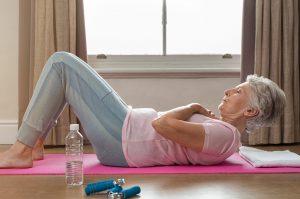 mulher idosa se exercitando para manter a imunidade alta