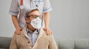idoso usando máscara com suspeita de coronavírus