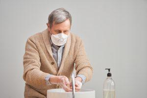idoso higienizar as mãos