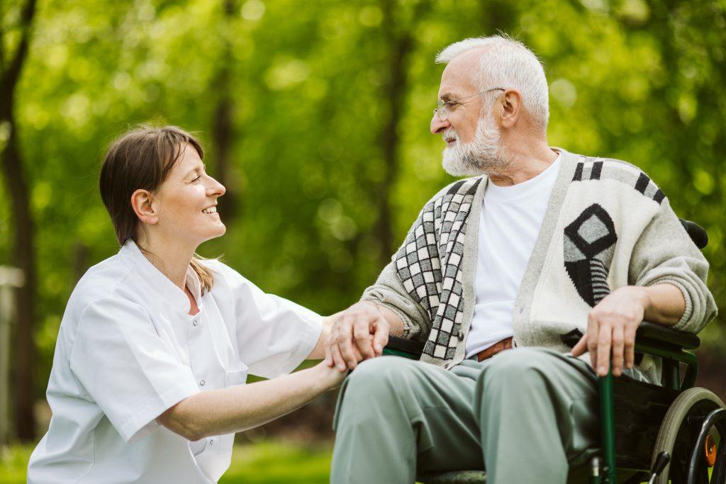 cuidador de idosos passeando com ente