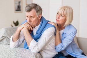 esposa consolando seu marido por sofrer violência contra o idoso