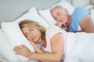 casal de idosos com sono excessivo