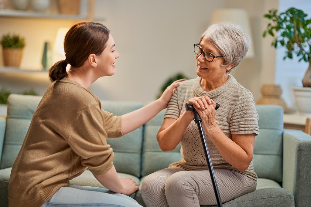 cuidadora conversando sobre assuntos importantes com idosa