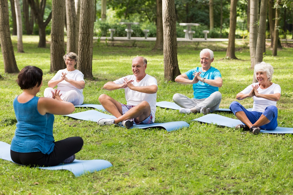 idosos praticando pilates