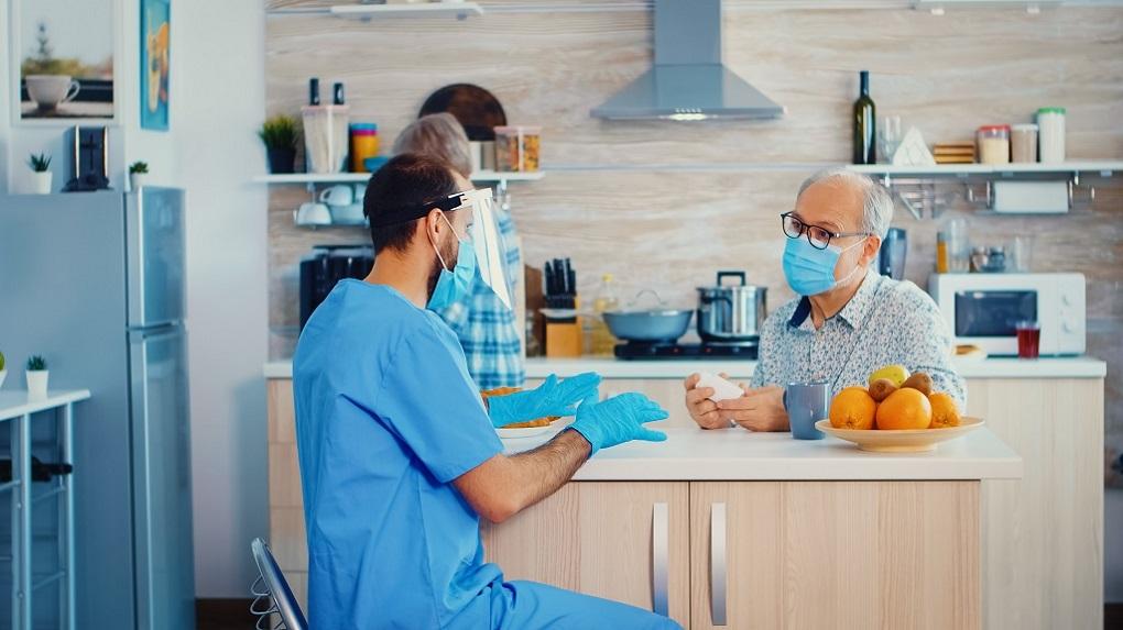 cuidador de idosos tomando os devidos cuidados em meio ao coronavírus