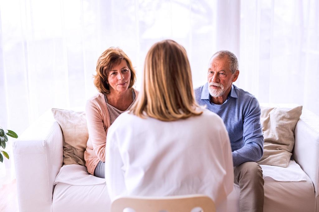 mulher praticando uma comunicação clara com seus entes