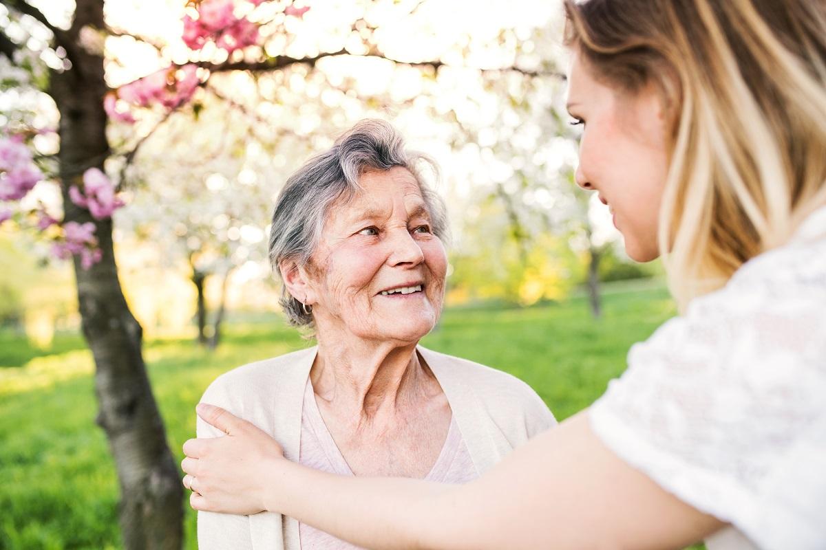 Como lidar com a aceitação do idoso aos cuidados de um cuidador especialista