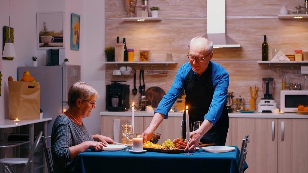 Festas de Fim de Ano: Quais cuidados tomar para garantir o bem-estar do idoso nessa época?