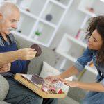 Quais são os principais requisitos para se tornar cuidador de idosos?